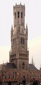 Una hermosa postal del imponente campanario de la Plaza Mayor de Brujas.