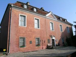 Por un lado está el castillo real levantado en lo alto de una colina durante el siglo XIII.