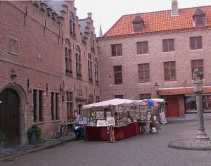 Otro rincón de Brujas que descubrir es Huidenvettersplein.