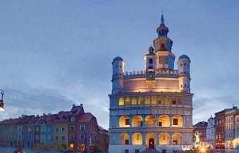 Imagen de parte de la gran plaza del mercado de Poznan.