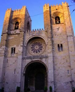 La fachada principal de la Catedral de Lisboa.
