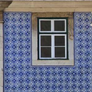 Los famosos azulejos portugueses que decoran muchas de sus fachadas, con un estilo art-déco.
