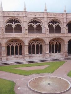 El Monasterio de los Jerónimos y su claustro son un monumento que nos encantará.