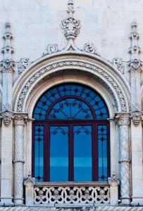 Detalle de una ornamentada balconada en la plaza del Rossio.