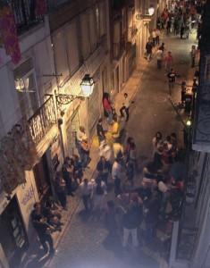 Una de las zonas preferidas tanto por lisboetas como por turistas es el Barrio Alto.