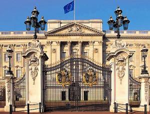 Vista de la hermosa fachada principal de Buckingham Palace.