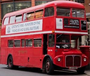 Hay que probar la experiencia de montar en un autobús de doble piso, aunque ya casi no quedan de los antiguos.