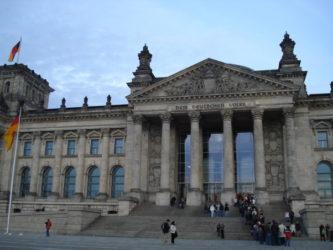 Largas colas ante la fachada del edificio para entrar al Reichstag