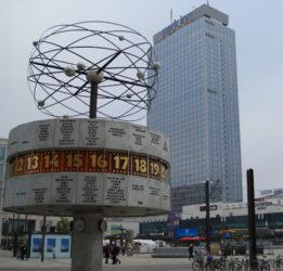 El curioso reloj de Alexanderplatz rota constantemente y da la hora mundial
