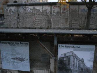 Topographie des terrors con un trozo del muro de Berlín justo encima