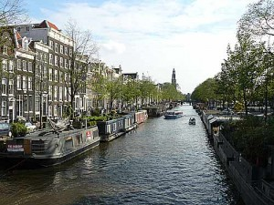 Los canales y los puentes son símbolos de la ciudad de Ámsterdam
