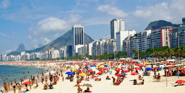 La playa tiene una curiosa forma de media luna, cuenta con un tamaño importante de unos cuatro kilómetros aproximadamente