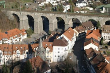 En Hornberg es interesante también visitar el trayecto del ferrocarril de la Selva Negra, con su famoso y llamativo viaducto.
