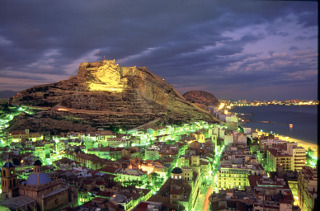 Alicante es una ciudad moderna, acogedora y con una larga historia y serie de monumentos situada en la Costa Blanca.