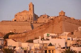 La ciudad de Ibiza con sus famosas murallas y la Catedral.