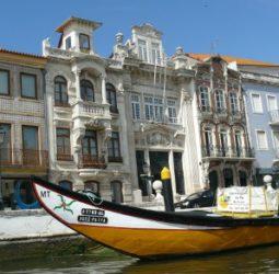 Vista de unos edificios y un moliceiro en Aveiro, la Venecia portuguesa.