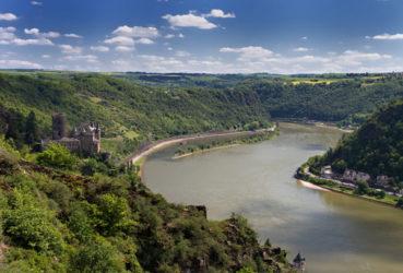 La Selva Negra al este del río Rin discurre en forma de paisaje montañoso con antiguas elevaciones, que en muchos casos vemos coronadas por castillos y viejas murallas en ruinas.