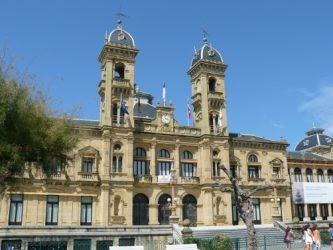 Fachada principal del bello edificio del Ayuntamiento de Donostia.