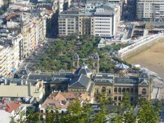 Vista aérea del Ayuntamiento de Donostia y los jardines de Alderdi Elder