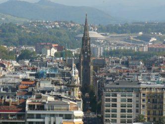 La elevada aguja de 75 metros de altura corona la catedral y Donostia.