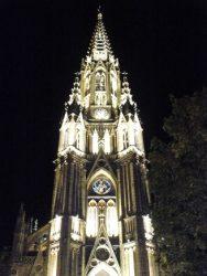 Vista nocturna de la hermosa catedral del Buen Pastor.