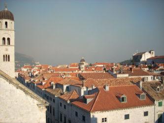 Información general sobre la ciudad de Dubrovnik: Arte, cultura e historia se funden en esta preciosa ciudad, que es pequeña y accesible para el viajero, que va a disfrutar aquí de grandes sensaciones al pasear por las calles del antiguo barrio de Stari Grad.