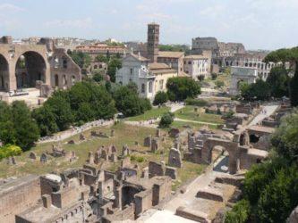 Parte del foro romano con el Coliseo al fondo
