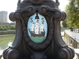 Escudo de la ciudad de San Sebastián que vemos en las farolas del puente de Santa Catalina