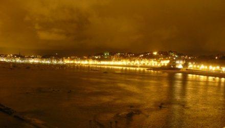 Vista nocturna de la bahía de la Concha desde el paseo Eduardo Chillida.
