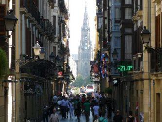 La Catedral del Buen Pastor vista desde la Kale Nagusia o calle Mayor.