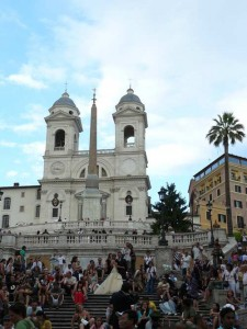 La monumental escalinata de la Plaza de España, con pareja de novios incluida