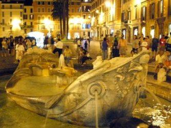 Plaza de España es una de las plazas más famosas de Roma, lugar de encuentro de turistas y romanos