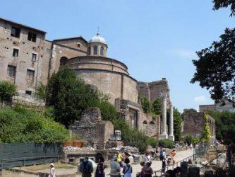 La vía sacra al paso del Templo de Rómulo