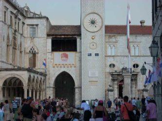 Turistas por la Placa, y la Torre del Reloj al fondo