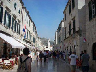 Bonita perspectiva de la Placa o Stradum de Dubrovnik.