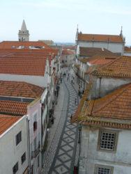 Vista parcial de los tejados y una calle del casco antiguo de la ciudad de Aveiro.