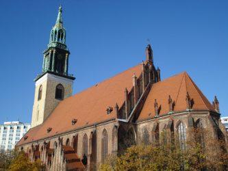 Vista lateral de la iglesia en un día soleado