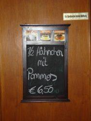 Pizarra que anuncia un plato típico Degustación de cerveza alemana en Berlín