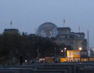 Vemos de lejos la cúpula del Reichstag o Parlamento alemán.