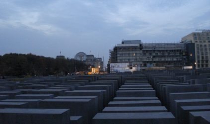 Monumento al Holocausto con la cúpula del Reichstag al fondo