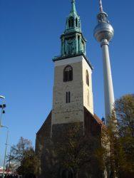 La iglesia de Sta. María con la Torre de televisión detrás