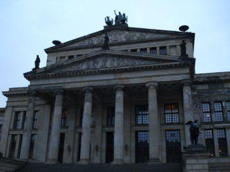 El Auditorio Schauspielhaus esta en el centro de la plaza