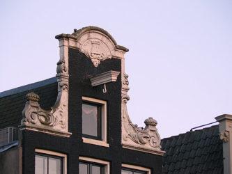 Los típicos ganchos que subían los muebles a las casas de Ámsterdam