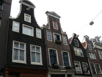 Antiguas estrechas viviendas de la ciudad de Ámsterdam