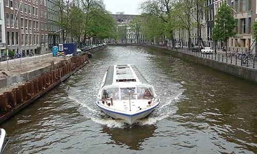 Pasear en barco por los canales