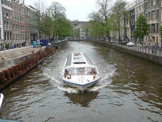 Los barcos que recorren los canales nos dan una imagen preciosa de la ciudad