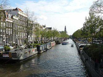 Un canal con muchos barcos vivienda a sus lados