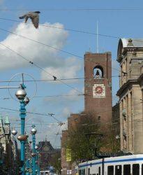 La alta torre del reloj de la antigua bolsa Beurs Van Berlage