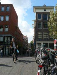 Uno de los muchos amsterdaneses que se mueven en bicicleta