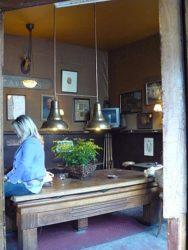 Los brown cafés con sus paredes y techos marrones de tanto fumar